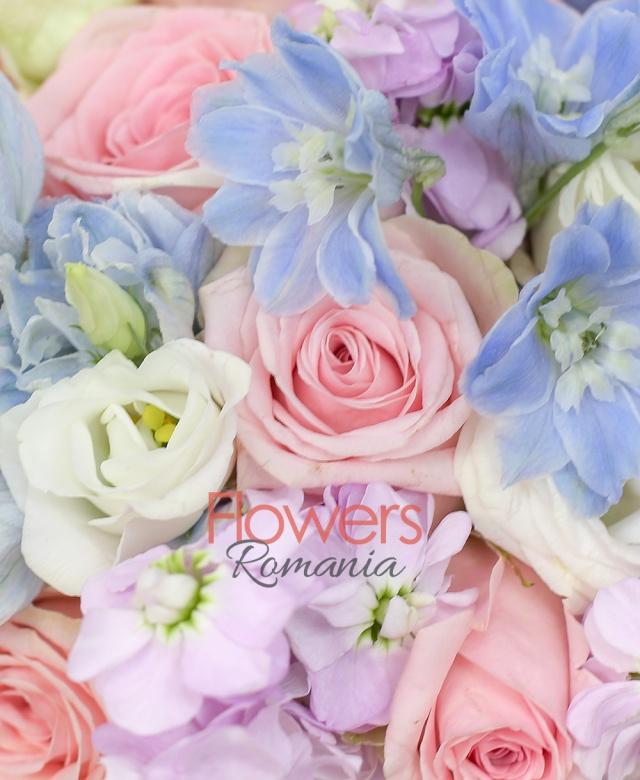 19 trandafiri roz, 8 delphinium bleo, 9 mathiolla mov, 5 lisianthus alb