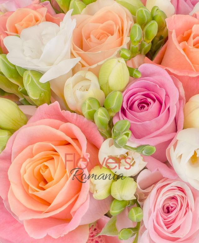 10 trandafiri roz, 15 trandafiri miss piggy, 25 frezii albe