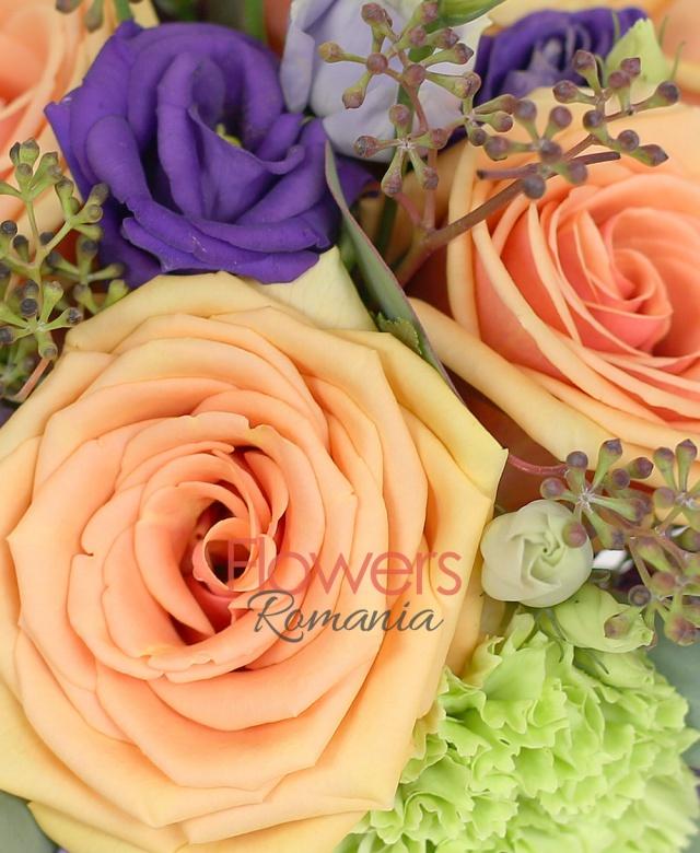 5 trandafiri peach avalanche, 3 garoafe verzi, 2 lisianthus mov, eucalypt