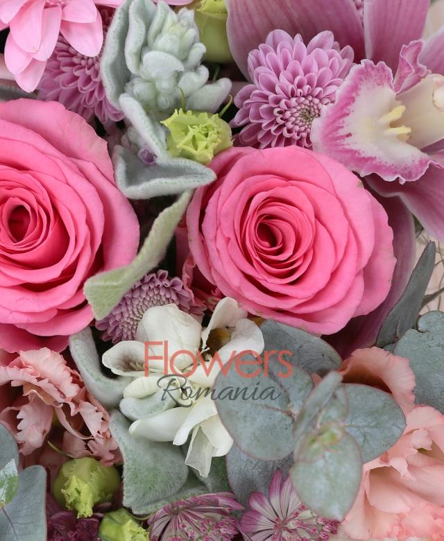 5 trandafiri roz, 3 gerbera roz, 3 astranția, cymbidium, 2 garoafe, 2 lisianthus, 5 frezii albe, santini, sticky, eucalypt, carte