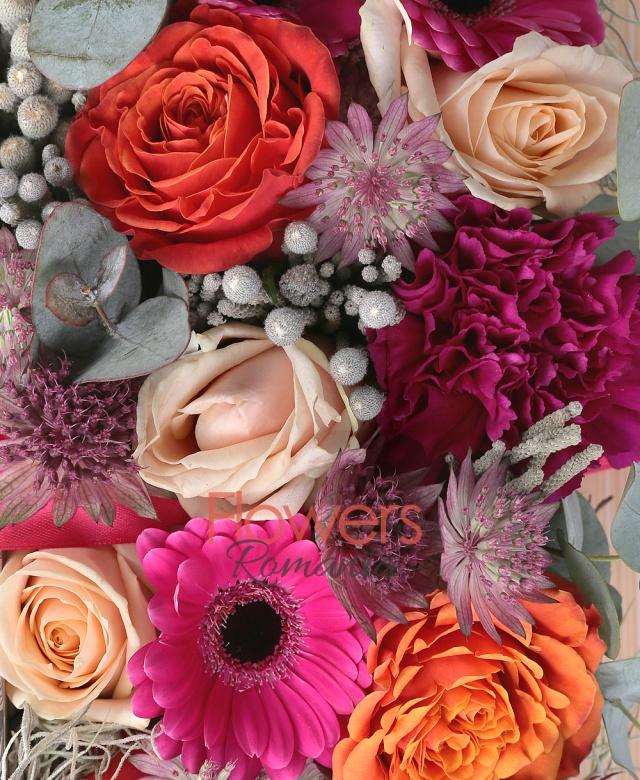 3 gerbera, 5 trandafiri portocalii, 3 trandafiri crem, 5 garoafe, 5 astranția, 3 brunia, eucalypt, carte