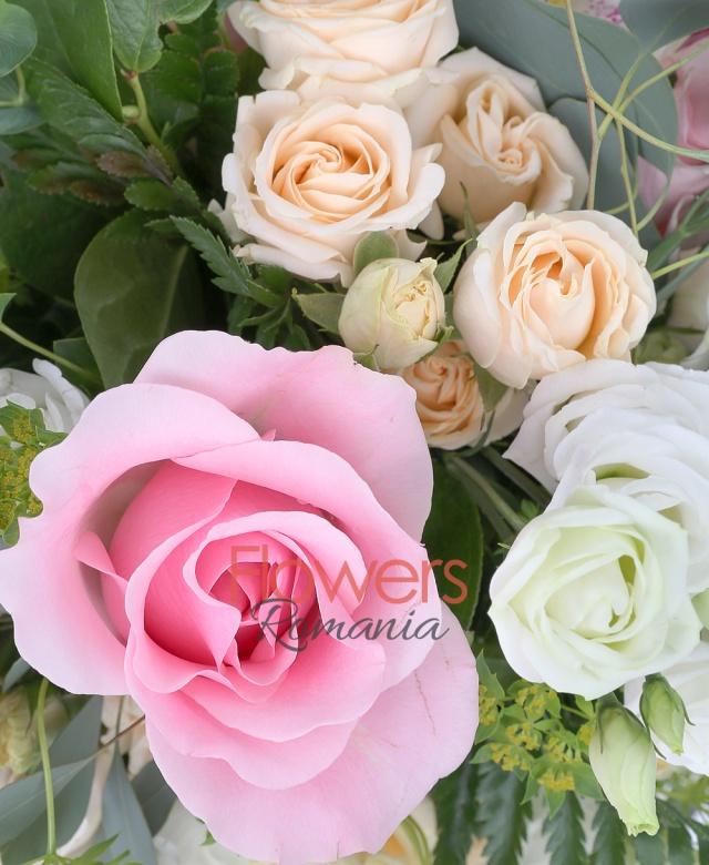 5 trandafiri roz, 3 miniroze crem, 5 lisianthus alb, 3 bouvardia roz, cymbidium alb, bupleurum, eucalypt, salal