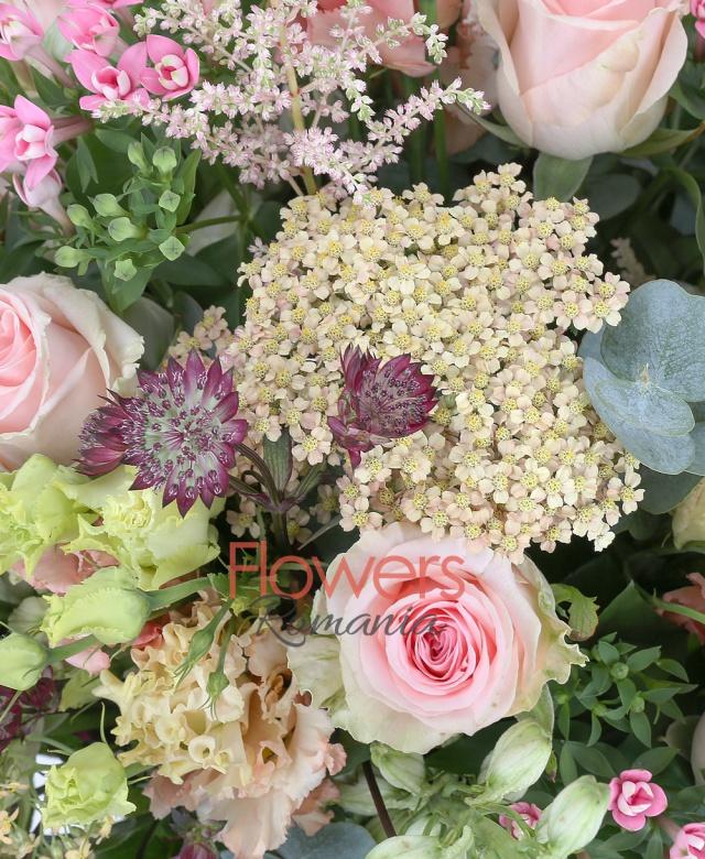 9 trandafiri roz, 7 delphinium alb, 5 lisianthus roz, 5 bouvardia roz, 5 flori de orez, 3 astilbe roz, astranția roz, eucalypt, salal