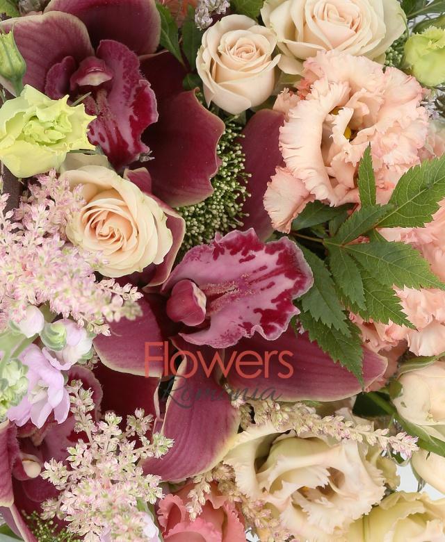 3 lisianthus roz, 2 miniroze crem, 2 matthiola mov, cymbidium grena, 3 astilbe roz, tillandsia, limonium, cutie