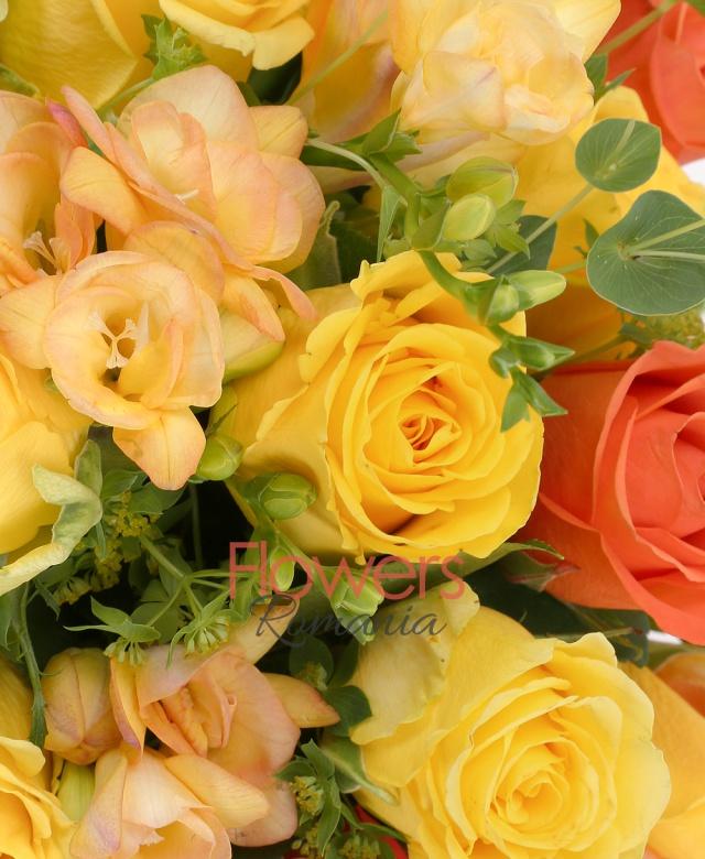 5 trandafiri portocalii, 8 trandafiri galbeni, 10 frezii galbene, bupleurum, salal