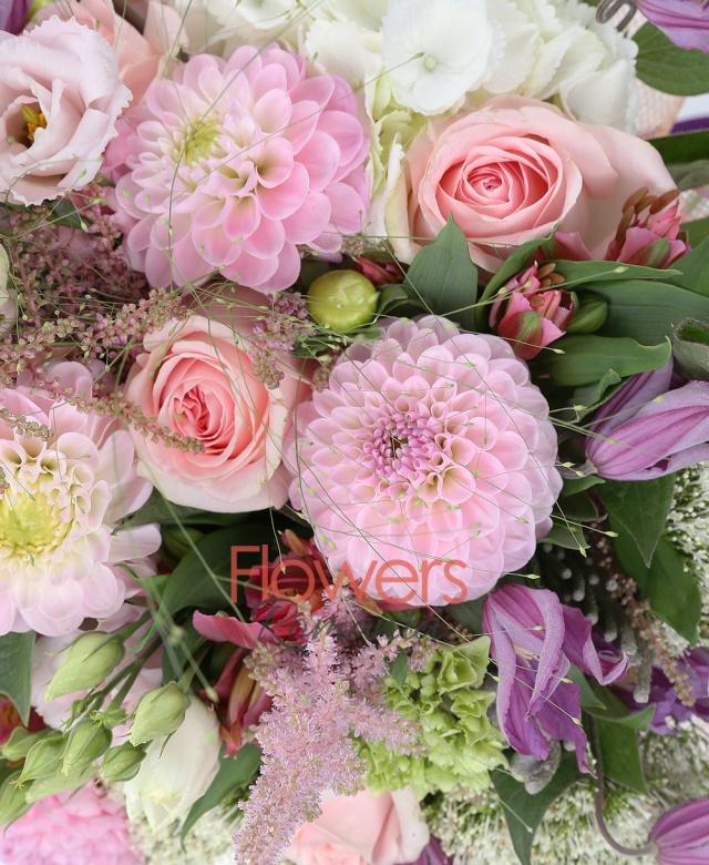 10 trandafiri roz, 10 dalii roz, 3 hortensia alba, 5 trachelium alb, 5 lisianthus roz, 5 alstroemeria roșie, 7 clematis, 5 astilbe roz, 3 brunia, panicum
