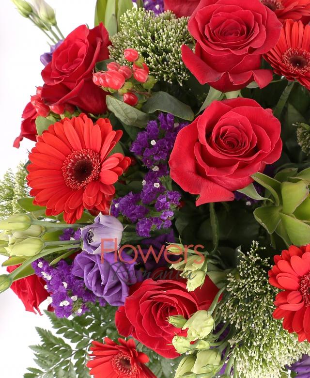 7 trandafiri rosii, 5 gerbera rosii, 2 hipericum, 5 lisianthus mov, lemoniu, 3 trahelium alb, 3 leucadendron