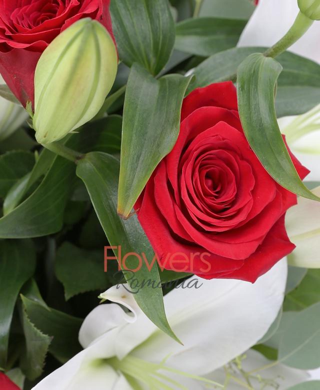 9 trandafiri rosii, 3 crini imperiali albi, eucalypt, salal