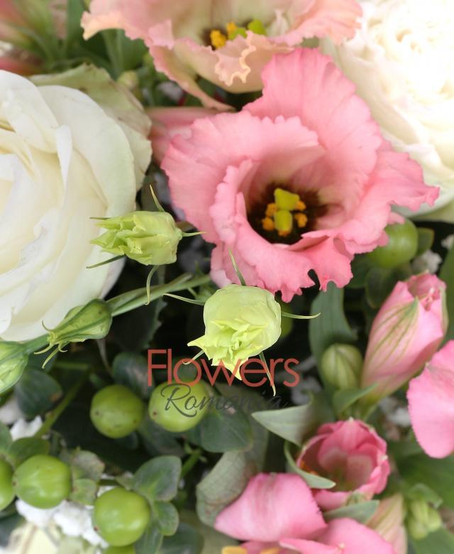 3 trandafiri albi, 3 alstroemeria roz, 3 lisianthus alb, 3 hypericum verde, eucalypt, salal, senecio, cuib