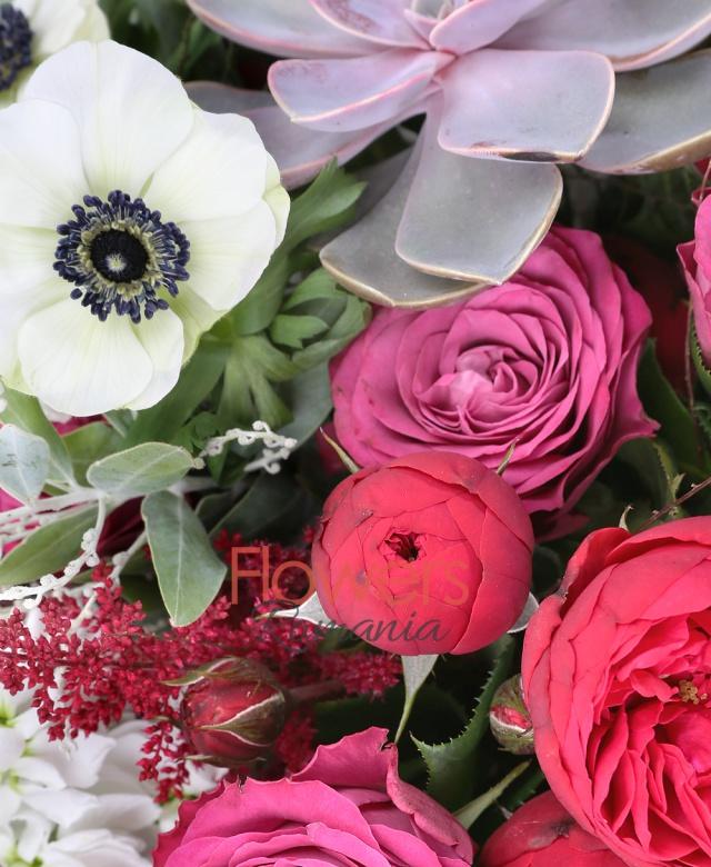 5 trandafiri cappuccino, 5 trandafiri cyclam, 5 gerbera cappuccino, 5 lalele albe, 5 hypericum, 5 anemone, 2 suculente, 10 astilbe rosii, ferigă, eucalypt