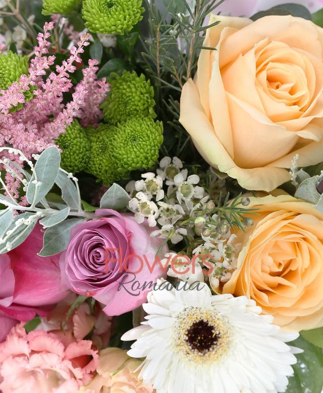 2 trandafiri peach avalanche, 2 trandafiri roz, 3 trandafiri mov, 2 lisianthus roz, 1 astilba roz, 2 santini verde, 1 waxflower alb, 3 gerbera albe, salal, eucalypt