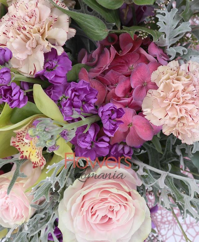5 garoafe cappuccino, 3 trandafiri sweet avalanche, 2 hortensii rosii, cymbidium verde, 5 orhidee verzi, 5 matthiola  mov, 1 hortensie roșie, senecio, eucalypt populus
