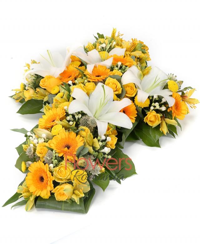 10 yellow roses, 2 white lilies, 10 yellow gerbera, 10 white bouvardia, 5 yellow miniroses, 5 yellow santini, 3 yellow alstroemeria, white astranția , greenery