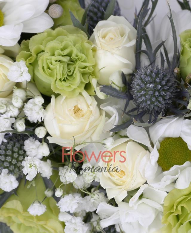5 lisianthus verde, 10 matthiola, 5 eryngium, 5 crizanteme, brunia, 10 trachelium, 10 miniroze albe, colac