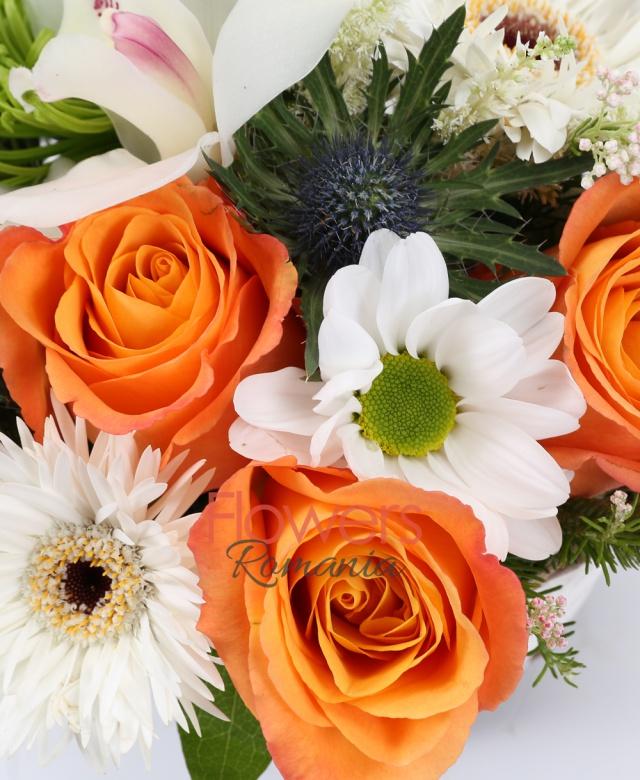 3 trandafiri portocalii, 2 gerbera, 2 crizanteme verzi, 1 eryngium, 1 clematis, 2 brunia, 2 rice flower, 3 astilbe, cymbidium alb, coș