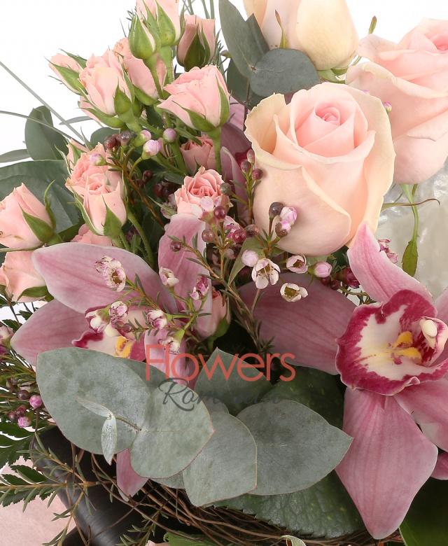 3 trandafiri roz, 1 cymbidium grena, 3 miniroze roz, 2 anthurium argintiu, eucalypt, ferigă, waxflower, black tie