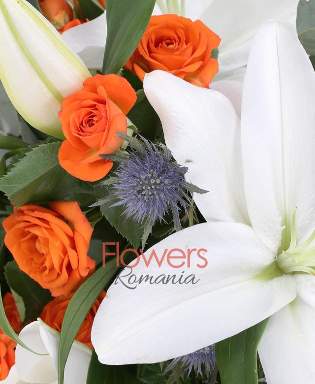 5 crini, 7 miniroze portocalii, 5 eryngium albastru, salal, eucalypt