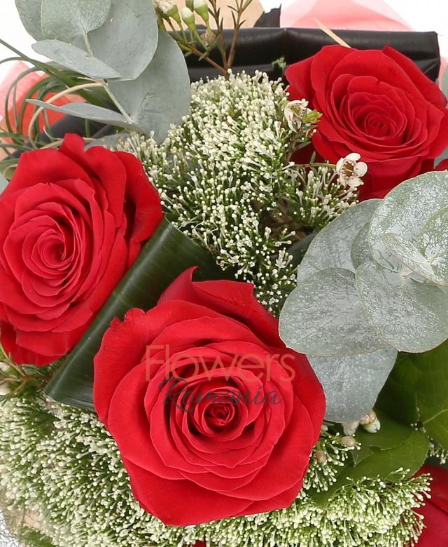 5 trandafiri albi, 5 trachelium alb, waxflower, beargrass, eucalypt, blacktide, cuib