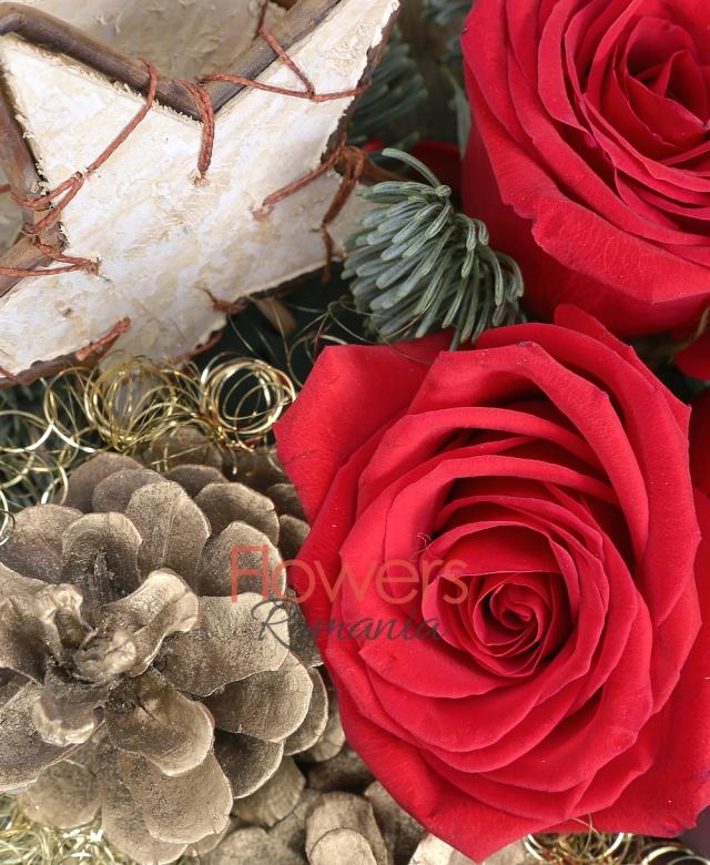 3 trandafiri rosii, brad argintiu, decorațiuni crăciun, coș
