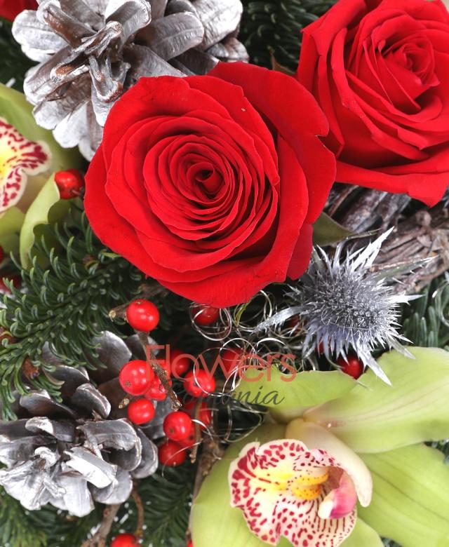 3 trandafiri rosii, 5 frezii, cymbidium verde, ilex, brad argintiu, eryngium, eucalypt, decoratiuni craciun, vas ceramic
