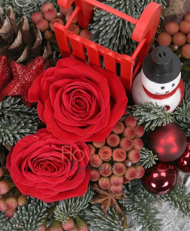 2 trandafiri rosii, 5 brunia, brad argintiu, decorațiuni crăciun, coș nuiele