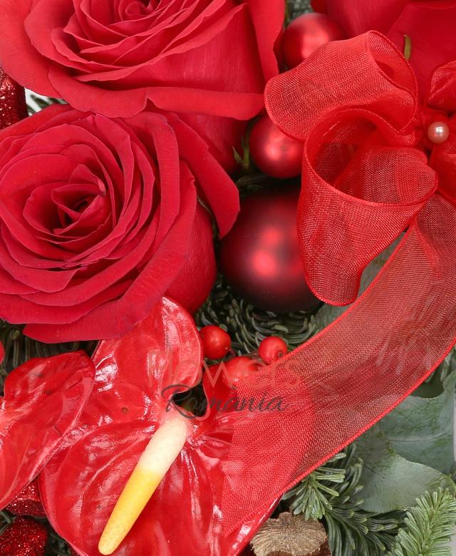 3 trandafiri rosii, 4 anthurium, brunia, eucalypt, brad argintiu, suport burete coronița, decorațiuni crăciun