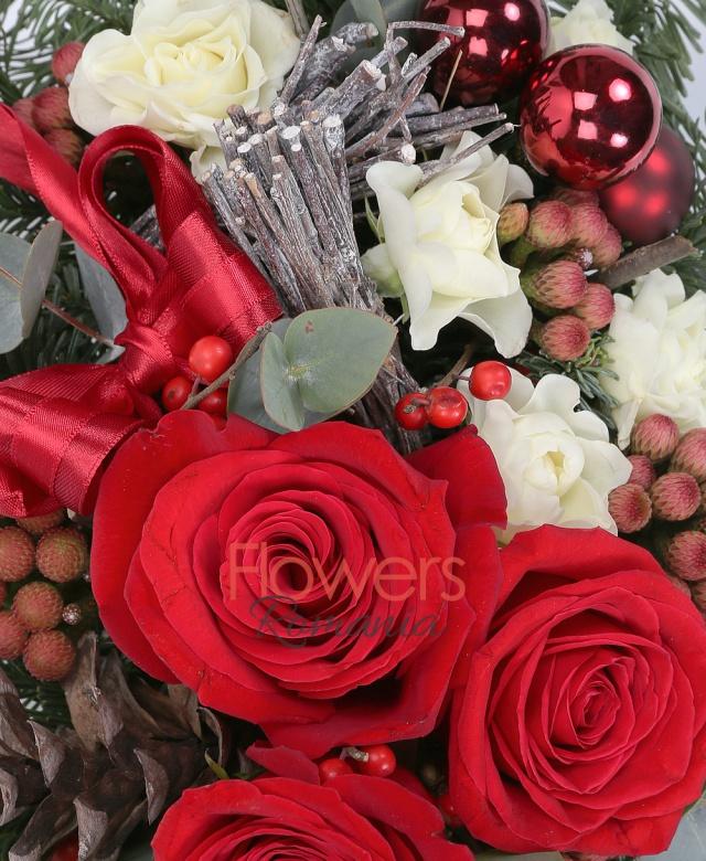 3 trandafiri rosii, 5 brunia, 3 miniroze, ilex, eucalypt, brad argintiu, decorațiuni, vas ceramic