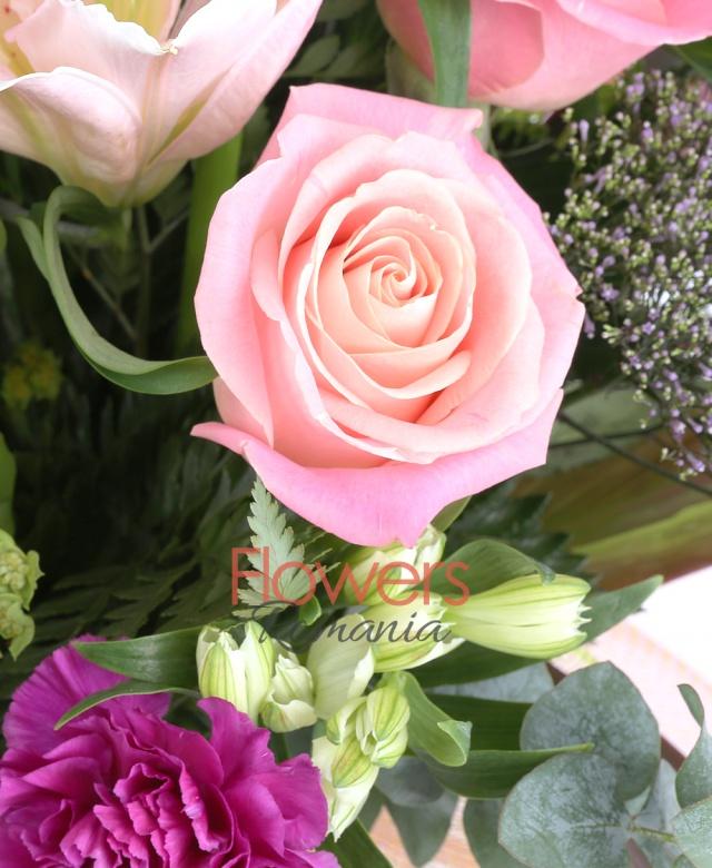 3 crini roz 5 trandafiri roz 3 cale alb cu mijloc mov 6 garoafe ciclam 2 traheliu mov 3 alstroemeria alba 3 fire bluperum 1/2 pachet ferigă 3 fire eucalipt 3 frunze dracaena