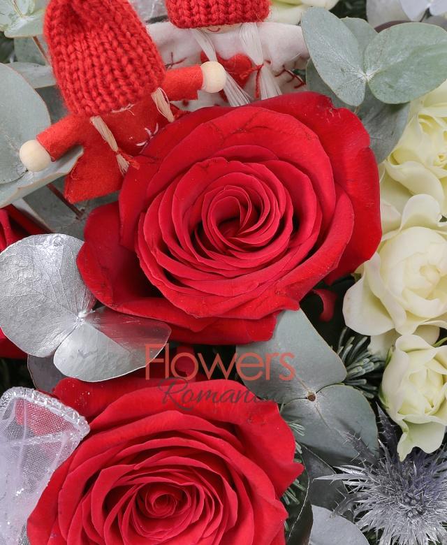 3 trandafiri rosii, 3 miniroze alb, 1 eryngium, 2 anthurium, brad argintiu, eucalypt, ferigă, decorațiuni crăciun, coș nuiele