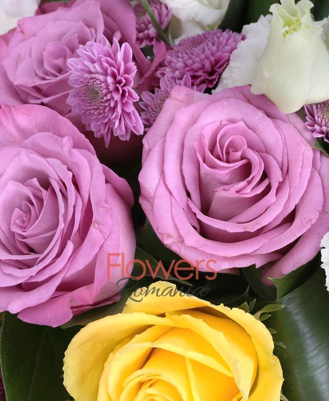 5 cale negre, 3 trandafiri galbeni, 3 trandafiri mov, 10 lalele, 7 garoafe,  3 santini, 10 frezii, 4 lisianthus, bambus, eucalypt, aspidistra, thsalpi, salal