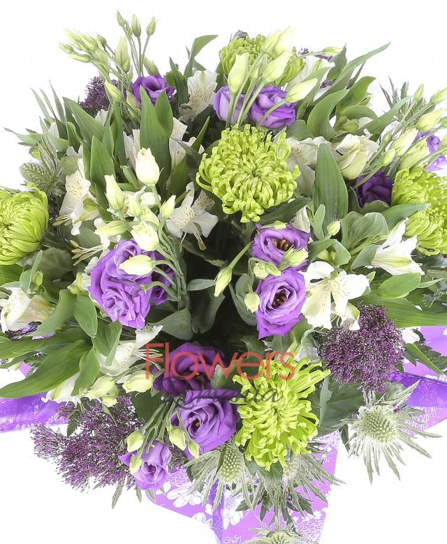 5 crizanteme verzi, 5 trahelium mov, 7 astromeria alb, 5 lisiantus mov, 5 eringium