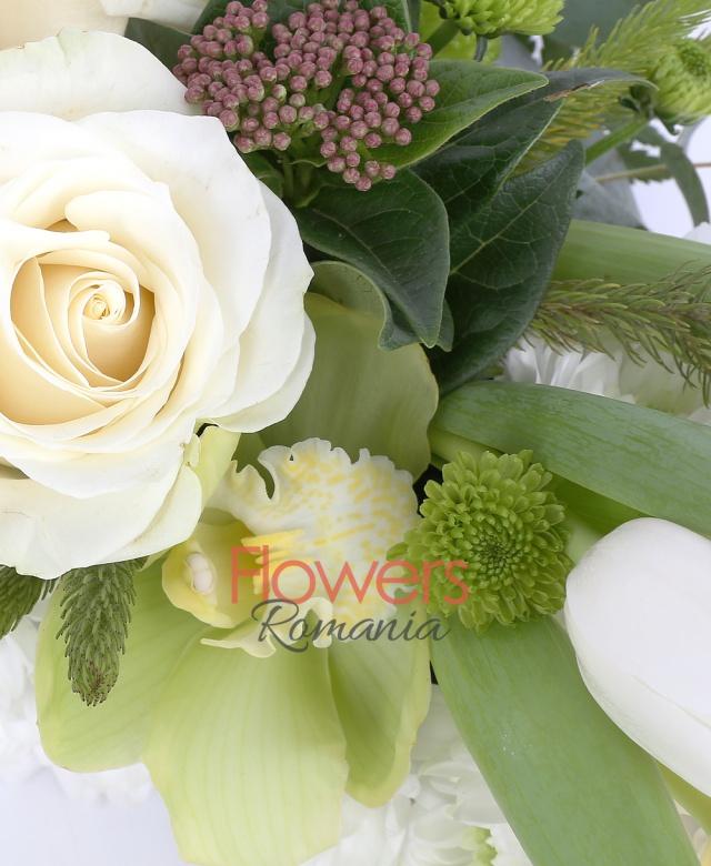 25 crizanteme albe, 3 trandafiri albi, 3 lalele albe, 1 cymbidium verde, 3 santini verzi, eucalypt, brunia