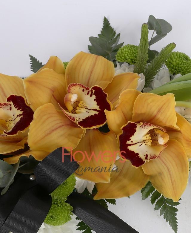15 crizanteme albe, 1 cymbidium galben, 2 lalele albe, 2 santini verzi, eucalypt
