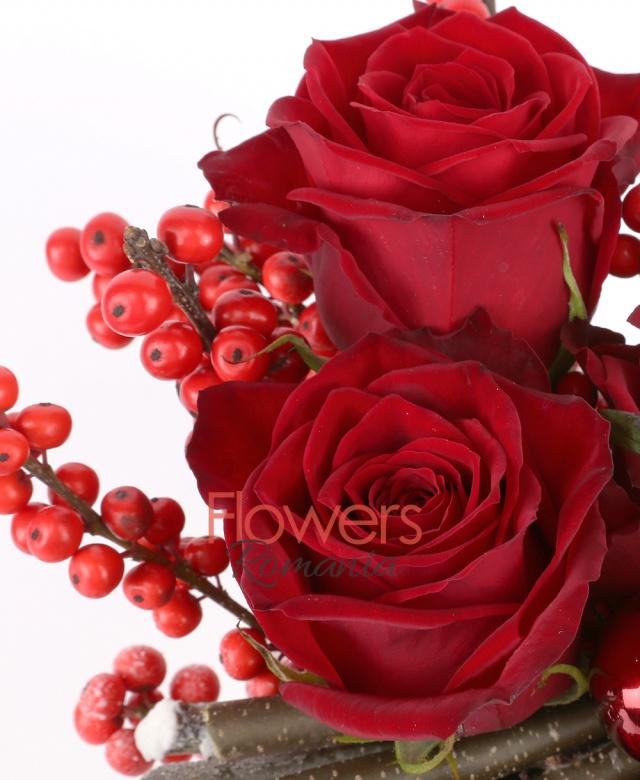 3 trandafiri rosii, 4 ilex, 3 globuri