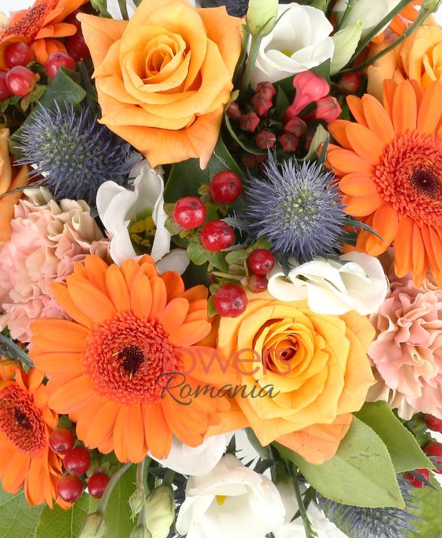 5 trandafiri portocalii, 4 gerbera portocalii, 3 lisianthus albi, 5 garoafe portocalii, 5 hypericum, eryngium, salal