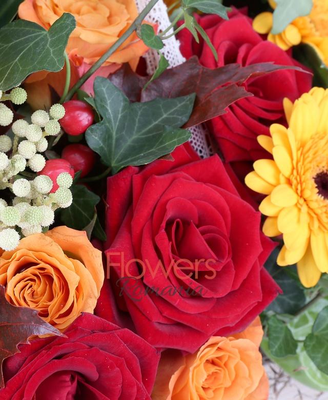carte, 4 trandafiri portocalii, 3 gerbera portocalii, 3 trandafiri rosii, 2 hypericum rosii, 2 anturium verzi, brunia, filodendron , bambus, iedera, tylancia, eucalypt, frunze artar