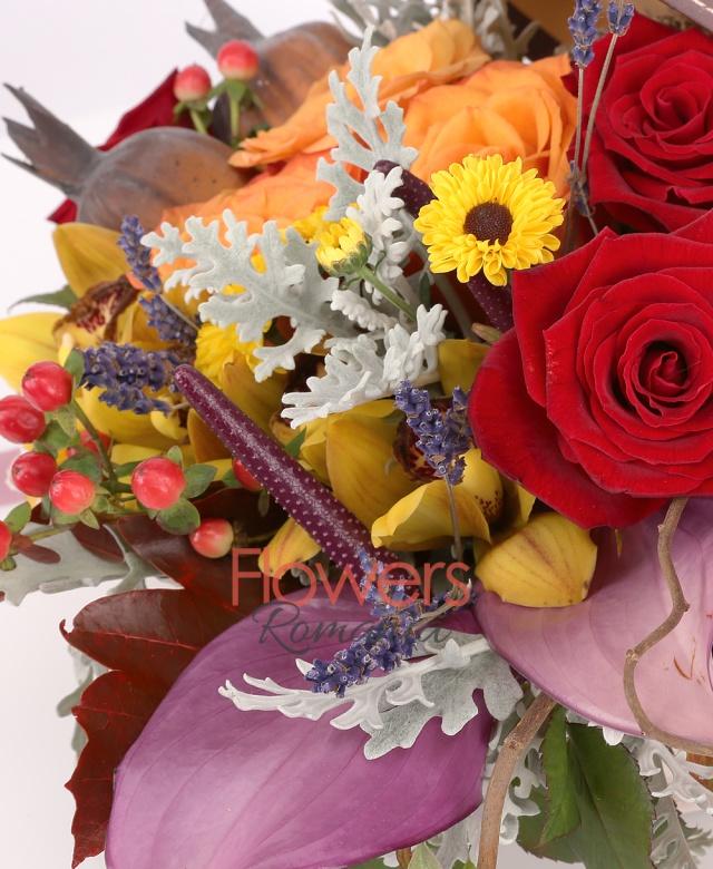 cutie, 3 trandafiri portocalii, 4 trandafiri rosii, 3 anthurium mov, 1 cymbidium galben, 3 hypericum rosii, 2 santini galbeni, sticky, lavanda