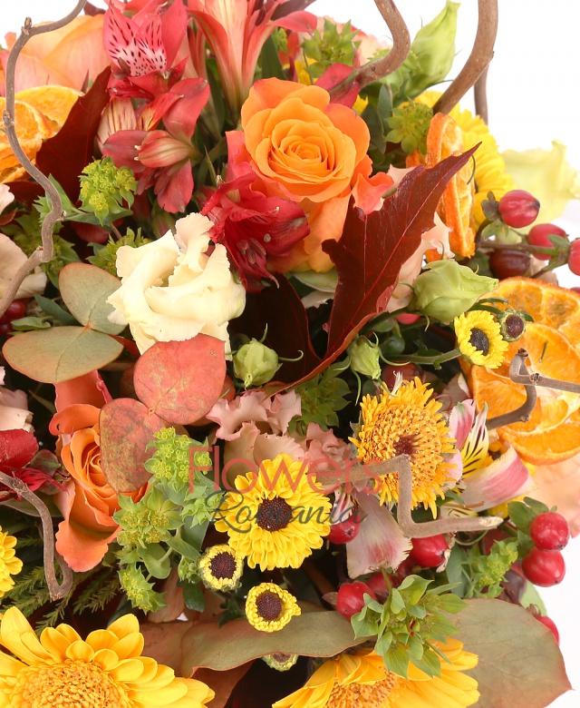 stropitoare, 3 trandafiri portocalii, 5 garoafe banan, 3 lisianthus roz, 3 gerbera galbenă, 3 santini galben, 5 hypericum roșu, 3 alstroemeria portocalie, bupleurum, corylus, eucalypt, frunze arțar