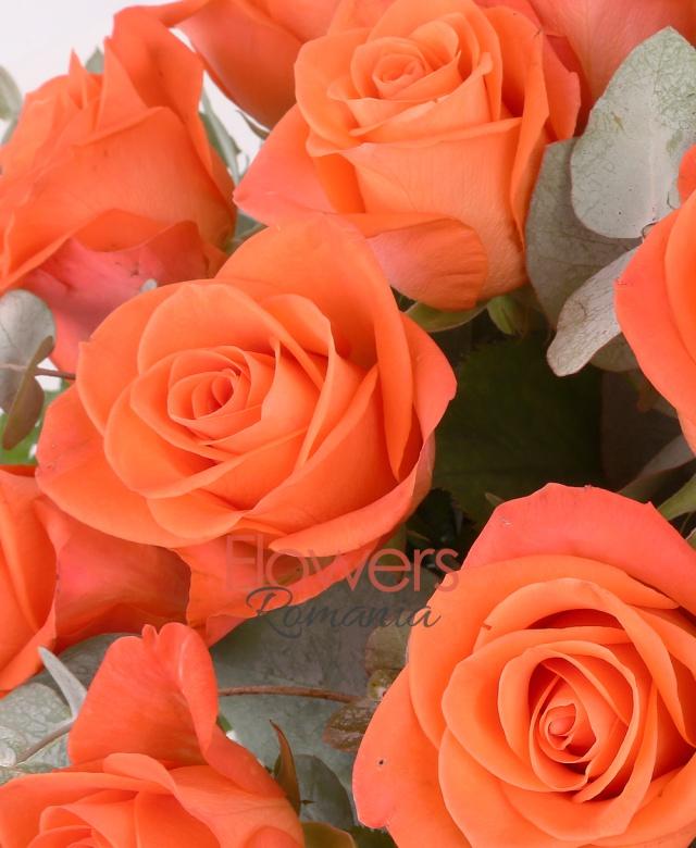 coș, 23 trandafiri portocalii, eucalypt