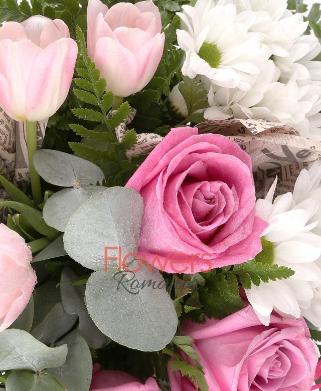 3 trandafiri roz, 3 gerbera ciclam, 5 lalele roz, 2 crizanteme albe, eucalypt