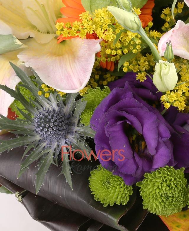 2 crini roz, 3 gerbera portocalie, 3 eryngium, 5 lisianthus mov, 3 trachelium mov, 5 lalele portocalii, solidago, 3 santini verde, physalis