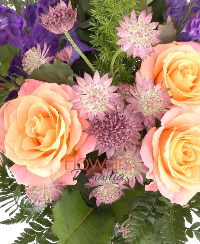 5 trandafiri portocalii, 2 delphinium albastru, 5 astransia, asparagus, aspidistra